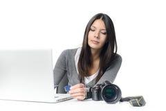 妇女转移的文件从SD卡片到膝上型计算机 库存照片