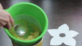 妇女轻拍煮沸的苹果入苹果酱 使用滤锅和匙子 影视素材