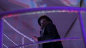 妇女输入的夜总会,走的人们在楼上,楼下 股票录像