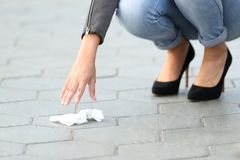 妇女边路的采摘垃圾在街道上的 库存照片