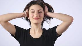 妇女过分兴奋在白色背景慢动作 享有生活的小姐非常愉快 股票视频