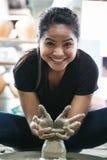 妇女运作的造型黏土 免版税库存照片