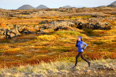 妇女运行在山风景的足迹赛跑者 免版税库存照片