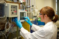 妇女运行的机器在实验室 库存图片