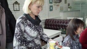 妇女运载与一个蛋糕的茶在盘子 股票视频
