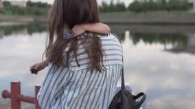 妇女运载她的胳膊的一女孩 影视素材