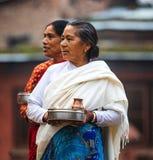 妇女运载的奉献物尼泊尔 免版税图库摄影
