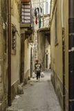 妇女运载的杂货在Ortigia,西西里岛老街市历史的区  库存照片