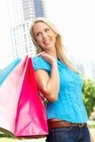妇女运载的购物袋在城市公园 免版税图库摄影