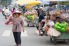 妇女运载的购物 免版税库存照片