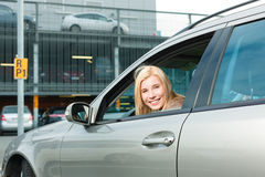 妇女返回她的在停车级别上的汽车 免版税库存照片