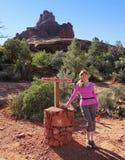 妇女远足响铃岩石足迹 库存照片