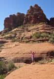 妇女远足响铃岩石足迹 免版税图库摄影
