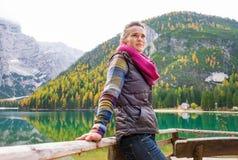 妇女远足者休息,面对远离湖Bries 免版税库存图片