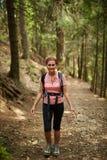 妇女远足者在森林 库存照片