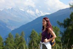 妇女远足者在阿尔卑斯。 免版税库存图片
