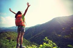 妇女远足者开放胳膊 图库摄影