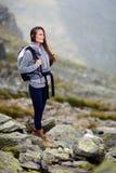 妇女远足者微笑 免版税图库摄影