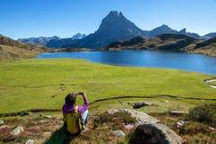 妇女远足者拍从Pic Ossau,法国的一张照片 免版税库存照片