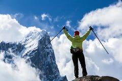 妇女远足者走在喜马拉雅山山的,尼泊尔 免版税库存照片