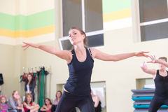 妇女迷离背景的舞蹈课 库存图片