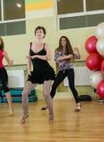 妇女迷离背景的舞蹈课 免版税库存照片