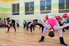 妇女迷离背景的舞蹈课 免版税图库摄影