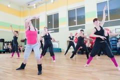 妇女迷离背景的舞蹈课 免版税库存图片