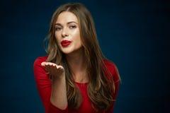 妇女送与红色嘴唇的空气亲吻 图库摄影