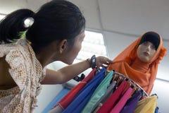 妇女选择传统回教衣裳 库存图片