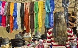 妇女选择在街市市场的产品 库存图片