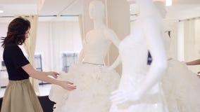 妇女选择婚礼服在新娘精品店 影视素材