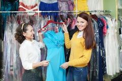 妇女选择晚礼服 免版税库存照片