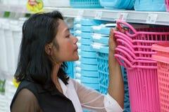 妇女选择衣服提袋在购物中心 免版税库存照片