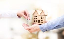 妇女递一个房子关键字 免版税库存图片