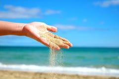 妇女递与沙子落 库存图片