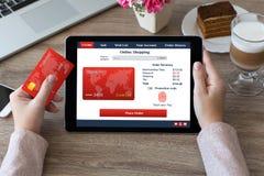 妇女递举行片剂shoping的指纹信用卡onlin 免版税库存图片