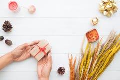 妇女递举行礼物盒,圣诞节和新年概念 库存图片
