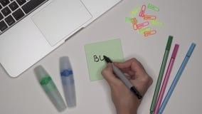 妇女递写书在笔记薄 膝上型计算机和文具在桌上 股票视频