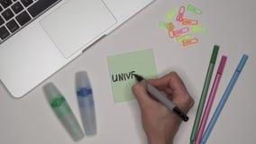 妇女递写大学在笔记薄 膝上型计算机和文具在桌上 股票录像