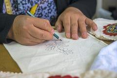 妇女递图画 免版税库存照片
