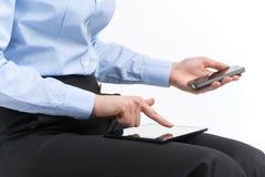 妇女递在现代电子数字式举行和点 免版税库存图片