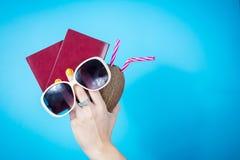 妇女递拿着两个护照和夏天辅助部件 免版税图库摄影