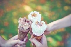 妇女递拿着冰淇凌碰撞和愉快 弛豫时间 库存图片