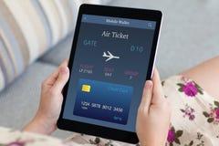 妇女递拿着有网上飞机票的计算机片剂 库存图片