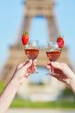 妇女递拿着杯与埃佛尔铁塔的酒在背景中 图库摄影