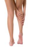 妇女递握她有按摩的小牛美好的健康长的腿在痛苦区域 免版税图库摄影