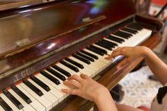 妇女递演奏古色古香的钢琴经典之作 免版税库存图片