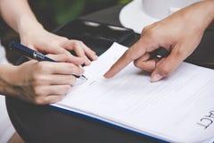 妇女递签在文件的一个合同修造的房子的经济与建筑师人 免版税库存图片