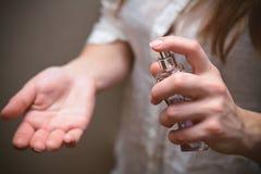 妇女递香水瓶 库存照片